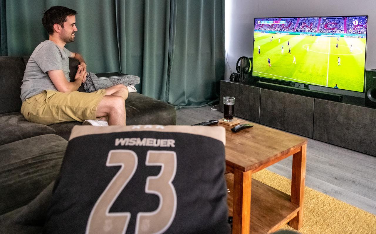 Gregory Wismeijer kijkt thuis aandachtig naar de EK-wedstrijd tussen Frankrijk en Duitsland.