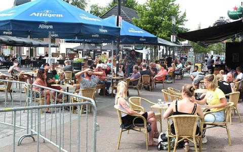 Een vol terras van Pub 84 in Wolvega.