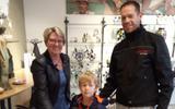 Sander Porsinck en zijn zoontje Thygo zijn dagwinnaar. Medewerkster Adrie Venema reikt de prijs uit.