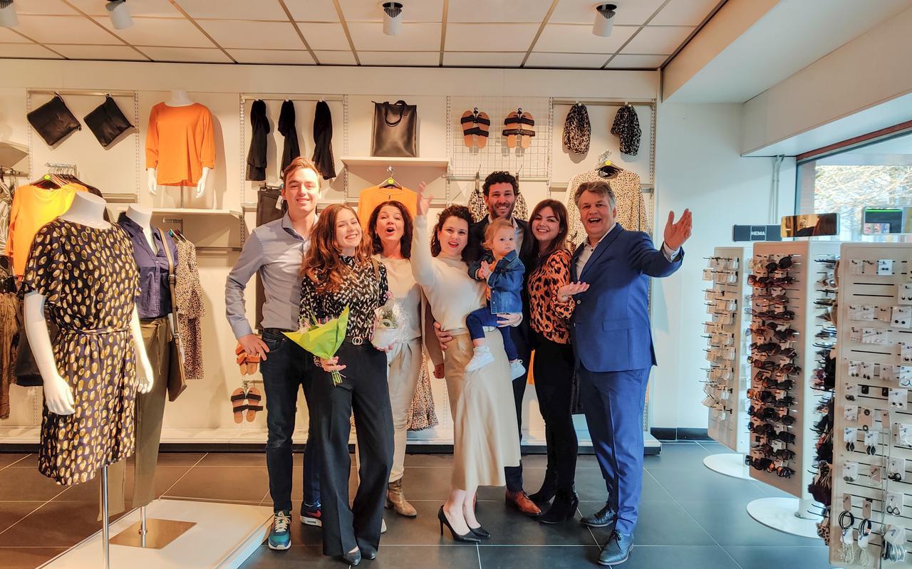 V.l.n.r. Floris Veenhuis, Emma, Margreet, Sanne en dochter Sofie, David Nauta, Paulien en Bert Piest bij de heropening van HEMA Joure in 2020.