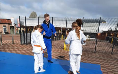 Jeroen Hessels buiten met een aantal van de judoka's.