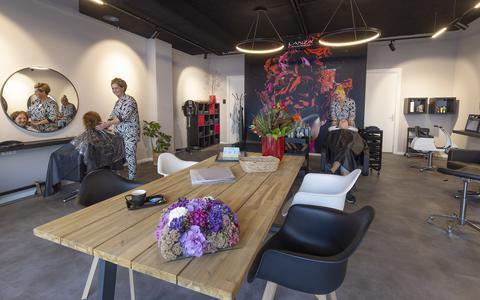 Hilda Heeringa (links) en Mirjam Terpstra aan het werk in de pas geopende, nieuwe salon aan de Hoofdstraat Oost in Noordwolde.