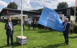 De vlag wordt gehesen door Cees Bijl en burgemeester Rikus Jager.