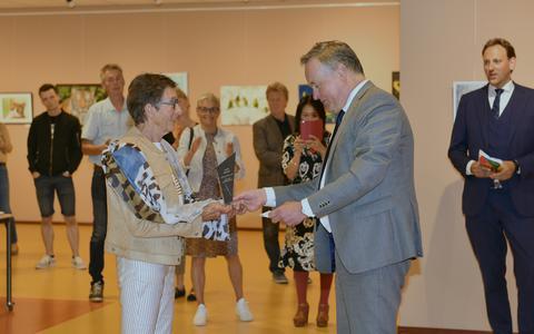 Nelly Roose ontvangt de juryprijs van Bas van der Ven.