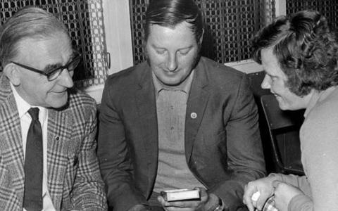 Ereteken in 1973 van voorzitter Siebren Bergsma van de afdeling Friesland.