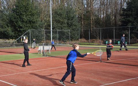 De jeugd tennist in Oldeholtpade.