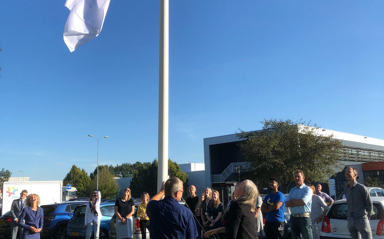 Geraldine Fraser, lid van de executive Board van FrieslandCampina, hijst de vlag.