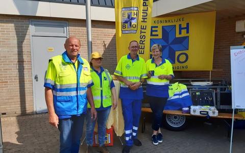 De EHBO-verengiging Noordwolde houdt een ledenwerfactie op het Manauplein in Noordwolde, Bestuursleden Jolanda Mellis, Rudy Mulder en Anton Mulder en ook instructrice Hannie de Vegt zijn aanwezig.