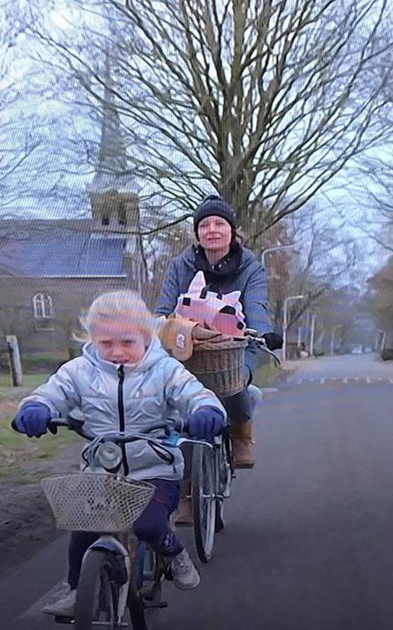 Yvonne Jasper fietst met Neeltje door Oldetrijne.