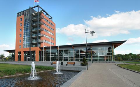 Het gemeentehuis van de gemeente Weststellingwerf in Wolvega.