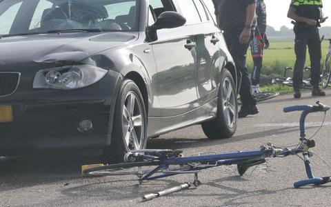 De wielrenner kwam terecht op de voorruit van de auto.