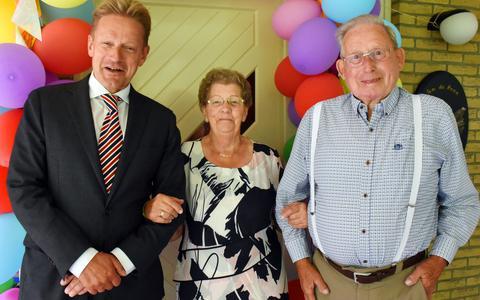 Burgemeester Bats feliciteerde het echtpaar De Haan met hun 65-jarig huwelijk.