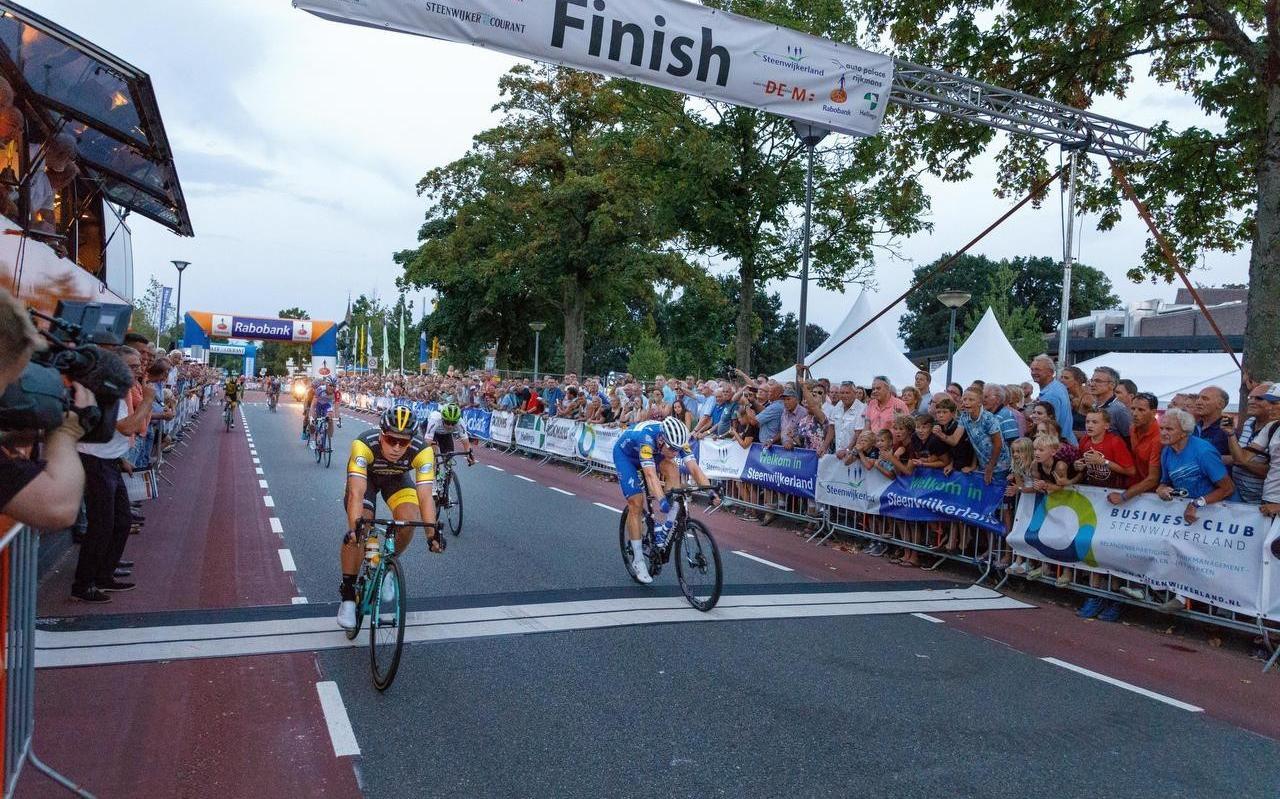 Het jaarlijkse wielerspektakel van Steenwijk staat altijd garant voor vermaak onder de Sint Clemens. Dylan Groenewegen won de sprint in 2018.